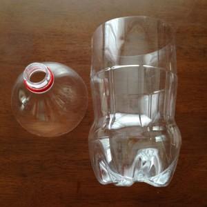 蚊取りボトルを作るためペットボトルを切る