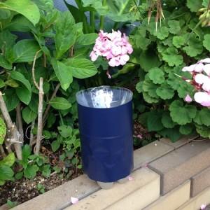 蚊取りボトルを花壇の隅に設置